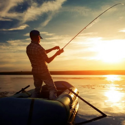 Какую ПВХ лодку выбрать для рыбалки — моторную или гребную?